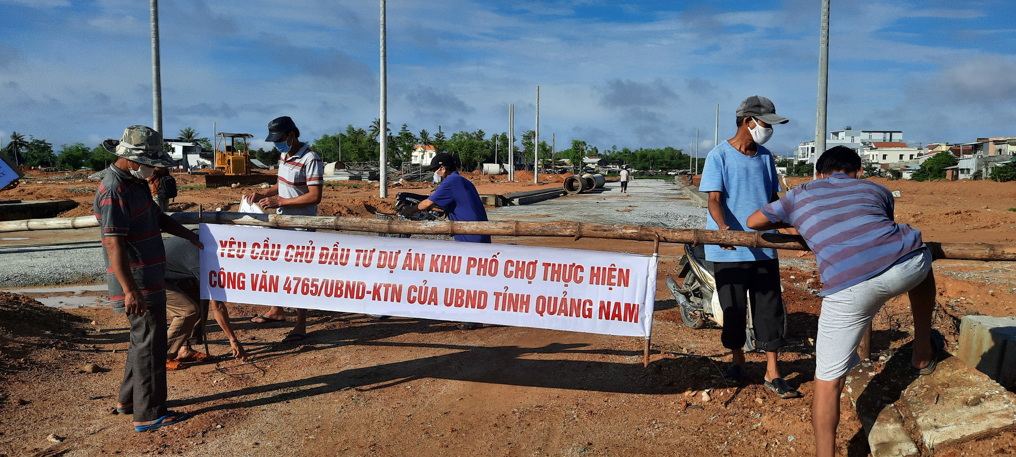 Sáng 21/9, hàng trăm người dân xã Tam Đàn đã kéo băng rôn yêu cầu dừng thi công để phản ứng trước những bất cập chưa được giải quyết