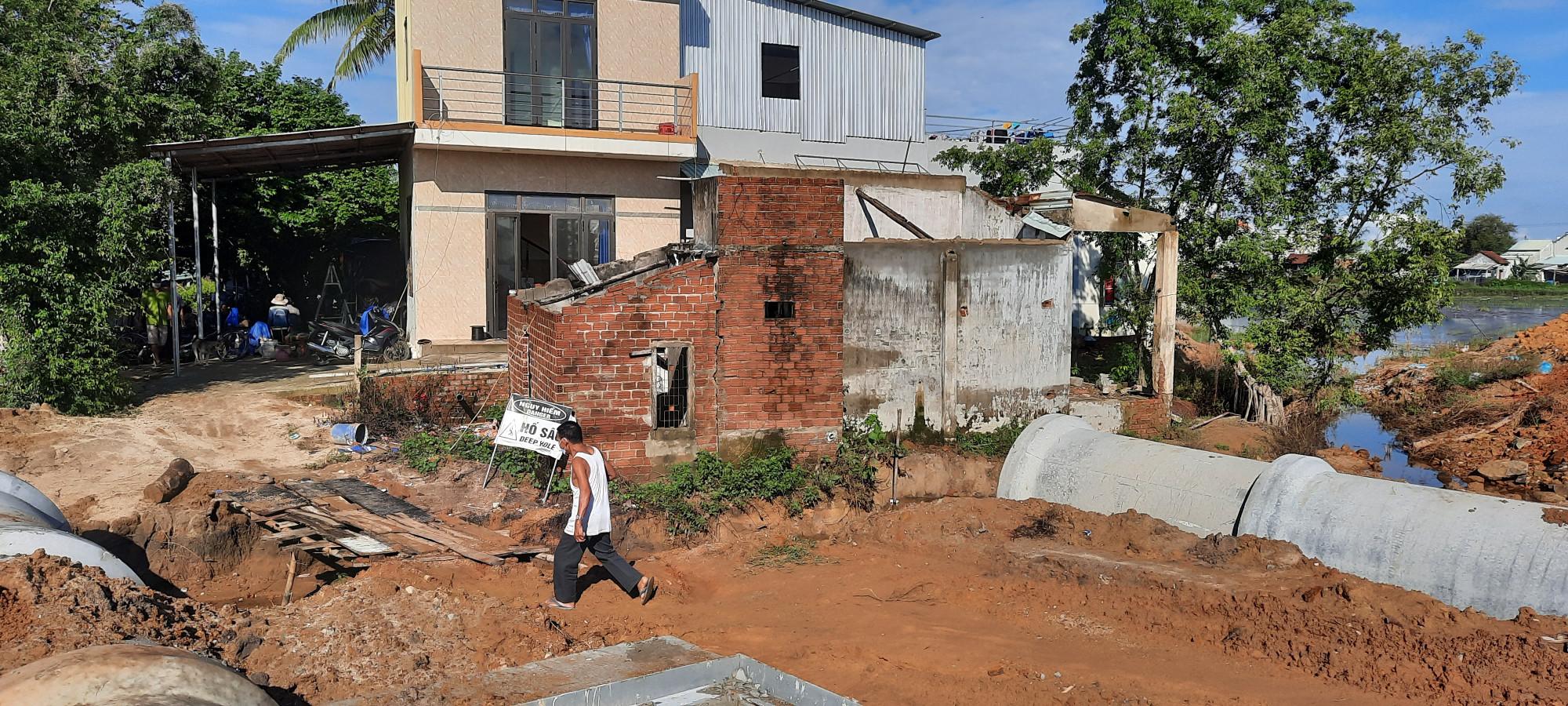 Họ phản ánh, việc thi công dự án này giống như xây dựng một con đê, không cho nước thoát khiến nhà họ bị ngập lụt chỉ sau một cơn mưa lớn