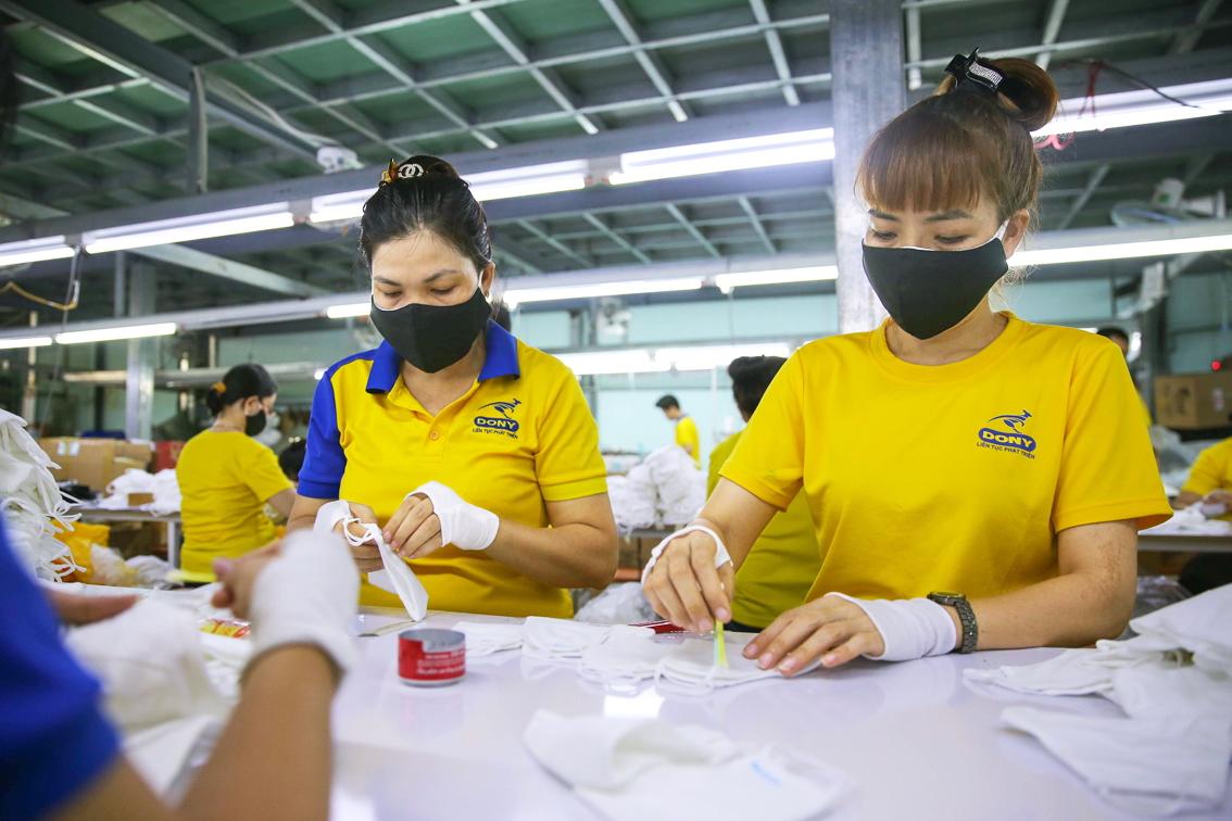 Các doanh nghiệp ngành may mặc đang đối mặt với khó khăn do thiếu hụt lao động sau khi khôi phục hoạt động trở lại (trong ảnh: Một dây chuyền của Công ty TNHH May mặc Dony - Q.Tân Bình, TP.HCM) - ảnh: Linh Linh