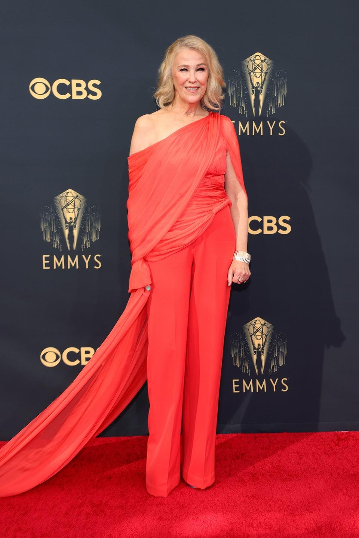 Trên thảm đỏ Emmy 2021. nữ diễn viên Catherine O'Hara xuất hiện nổi bật với trang phục màu đỏ tươi tắn.