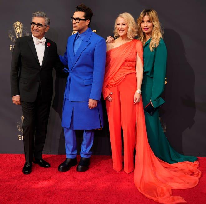 Cahterine O'Hara chụp ảnh lưu niệm cùng một số đồng nghiệp trên thảm đỏ. Trang phục màu đỏ giúp nữ diễn viên nổi bật. Sau lễ trao giải, tạp chí Harper's Bazaar đã chọn ra top 10 ngôi sao mặc đẹp nhất, trong đó có Catherine O'Hara. Bộ cánh