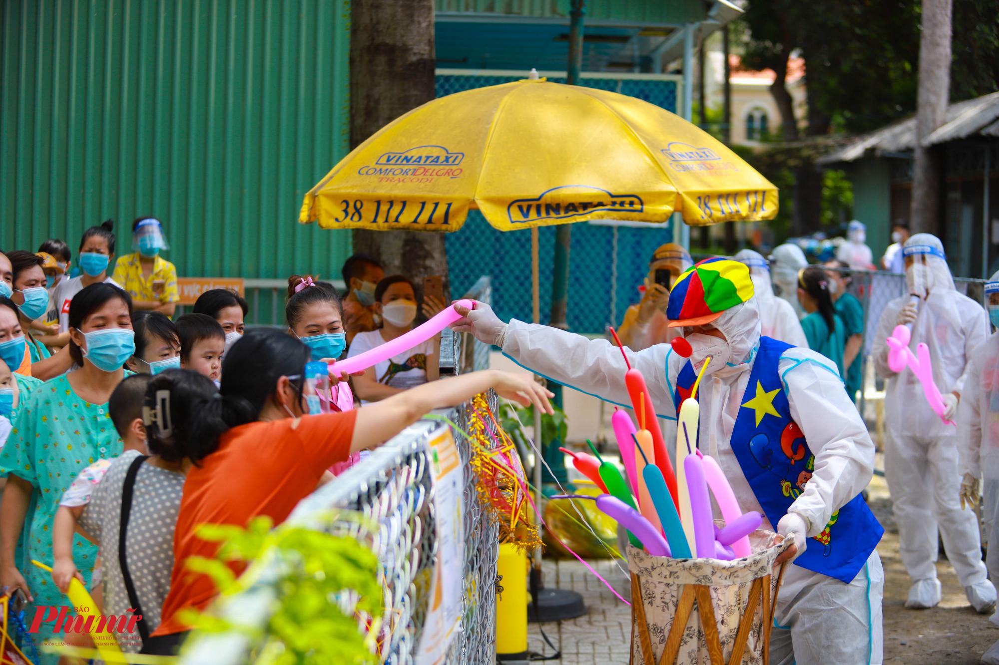 Biểu diễn xiếc ảo thuật và tặng quà cho các bé trong ngày trung thu khiến các em vô cùng phấn khích