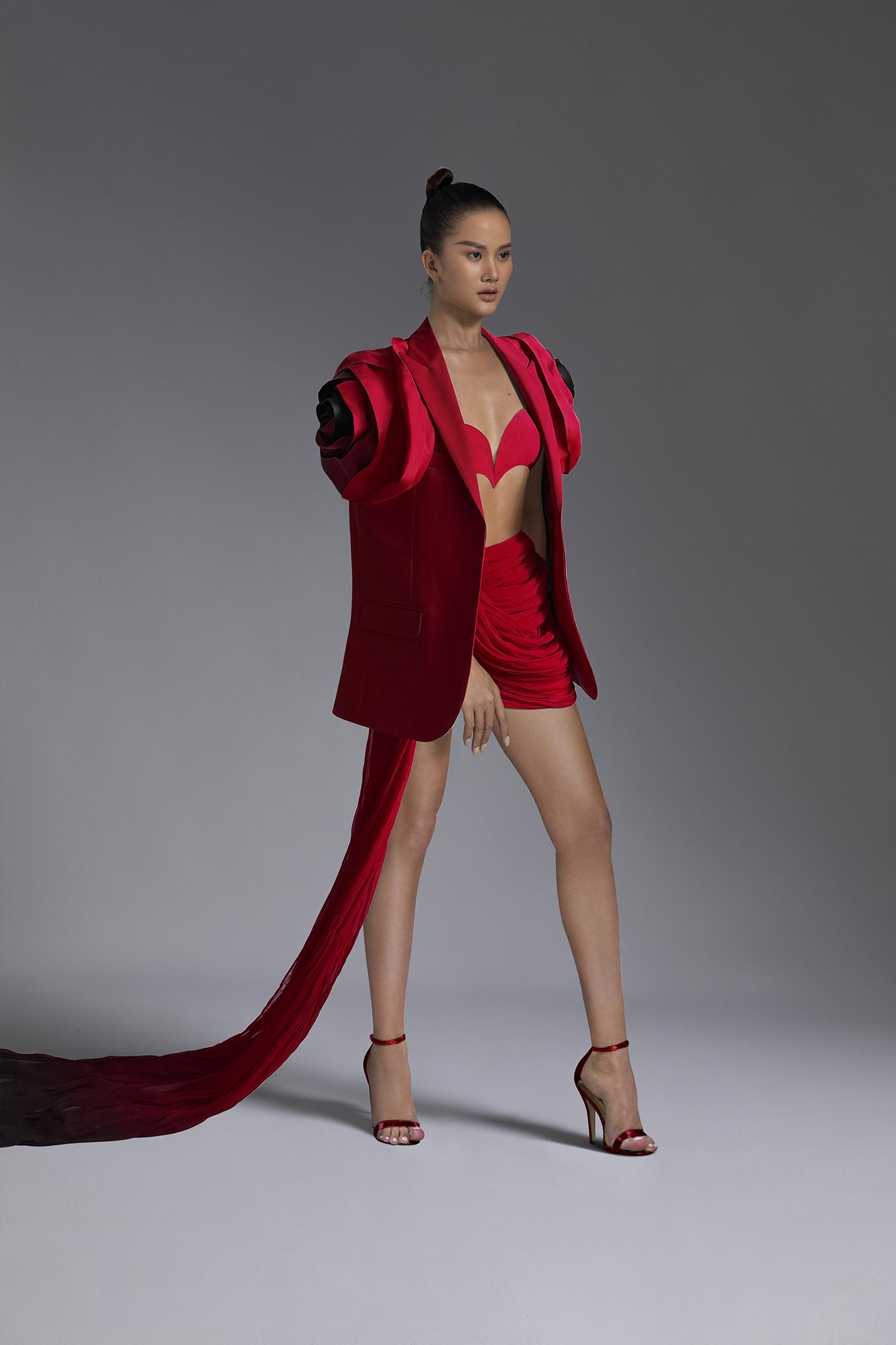 Bộ trang phục khiến người xem thích thú bởi chiếc áo blazer có thiết kế dộc đáo, kết hợp chân váy và crop-top phá cách. Trần Hùng cho biết vì dịch bệnh, giãn cách xã hội nên xưởng may không thể hoạt động. Anh tự làm hết mọi khâu, từ lên ý tưởng, vẽ bản thảo, cắt, may... NTK ví von BST lần này ra đời giống như việc trồng hoa, phải làm từ đầu đến cuối, và rất hạnh phúc khi đón nhận thành quả.