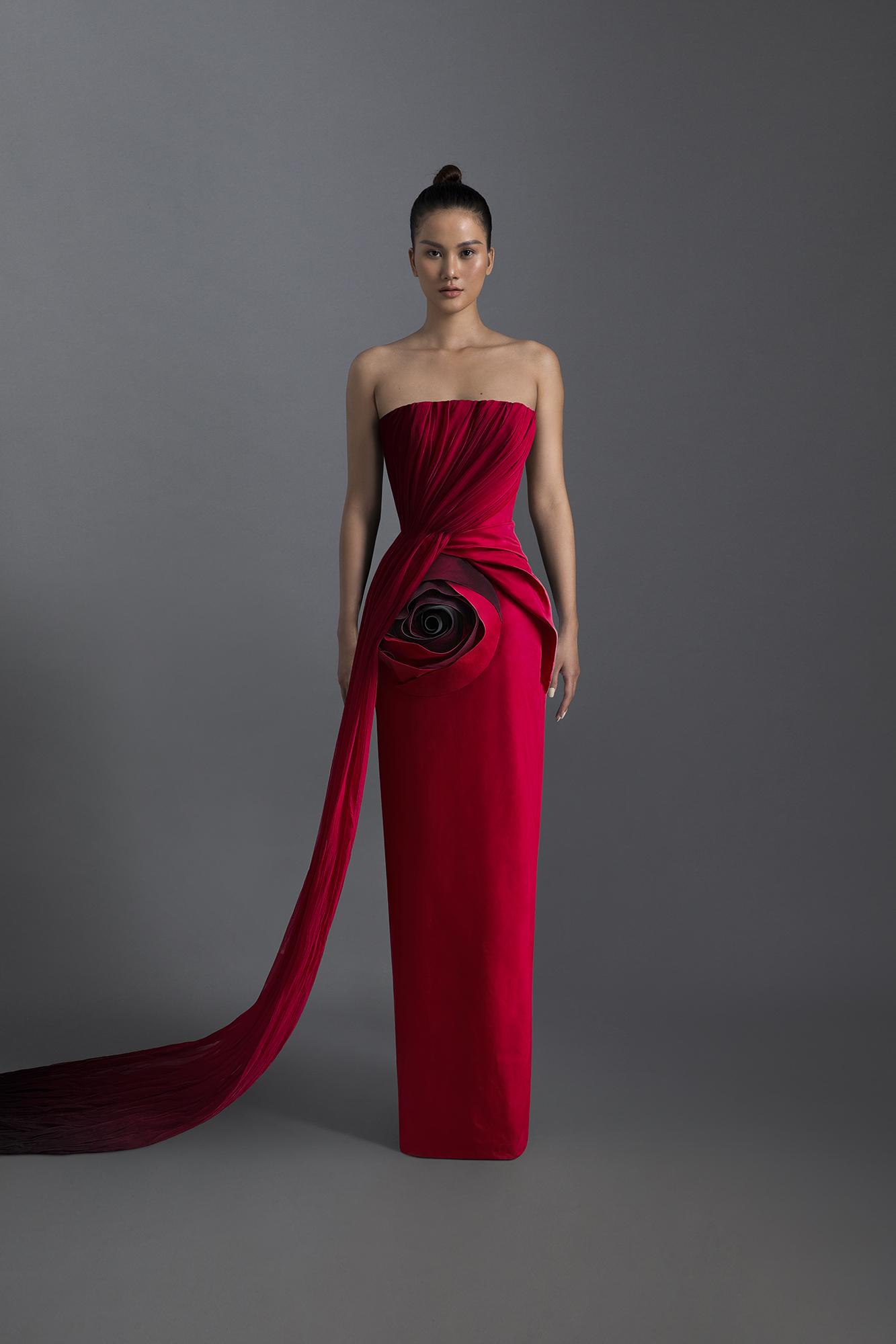 Hương Ly gợi cảm nhưng vẫn thanh lịch trong chiếc đầm quây được tạo điểm nhấn bằng những đường gấp nếp mềm mại, hoạ tiết hoa hồng to bản.
