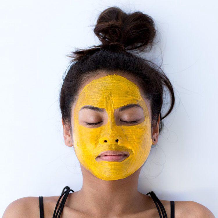 4) Kiểm soát dầu  Nếu bạn có làn da nhờn hoặc nhờn, mặt nạ chuối rất tốt để kiểm soát sự tiết dầu và làm cho làn da của bạn sạch sẽ. Chuối hoạt động như một chất tẩy tế bào chết tuyệt vời và loại bỏ bã nhờn quá mức trên bề mặt da của bạn. Bên cạnh đó nó còn chứa độ ẩm và các vitamin cần thiết để mang lại cho bạn làn da sáng và sạch. Làm gói chuối của riêng bạn bằng cách trộn mật ong và nước cốt chanh. Đắp lên mặt và rửa sạch sau đó với nước.