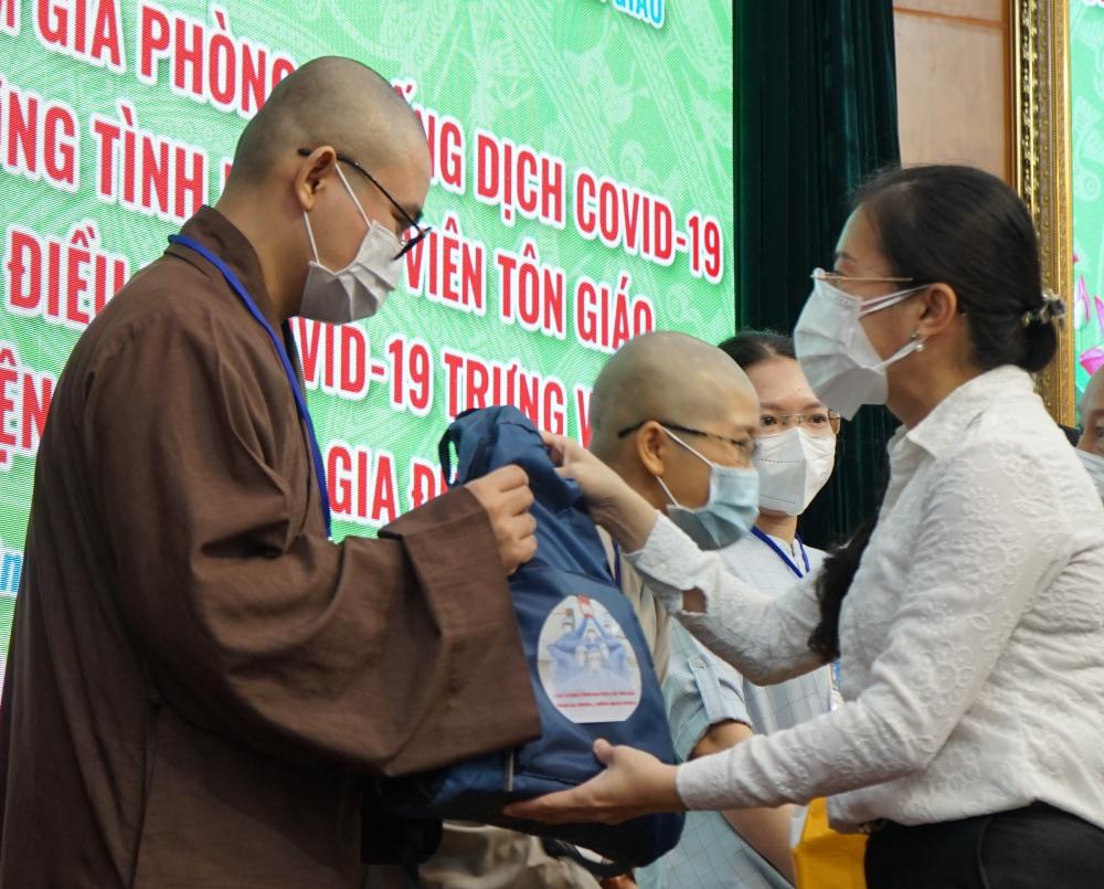 Phó Chủ tịch Ủy ban MTTQ Việt Nam TPHCM Phan Kiều Thanh Hương tặng quà cho các tình nguyện viên, gồm các đồ bảo hộ phòng dịch.