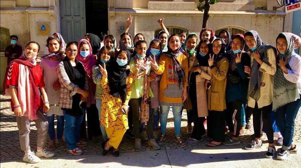 Các thành viên đội tuyển bóng đá nữ quốc gia Afghanistan chụp ảnh lưu niệm ngày 21/9/2021 tại Lisbon, Bồ Đào Nha - Ảnh: AP