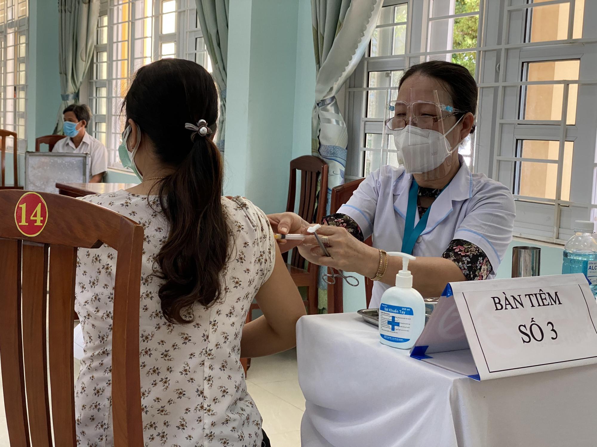 Bộ Y tế đề nghị khẩn trương rà soát, thuyết phục phụ nữ mang thai trên 13 tuần tham gia tiêm chủng vắc xin COVID-19
