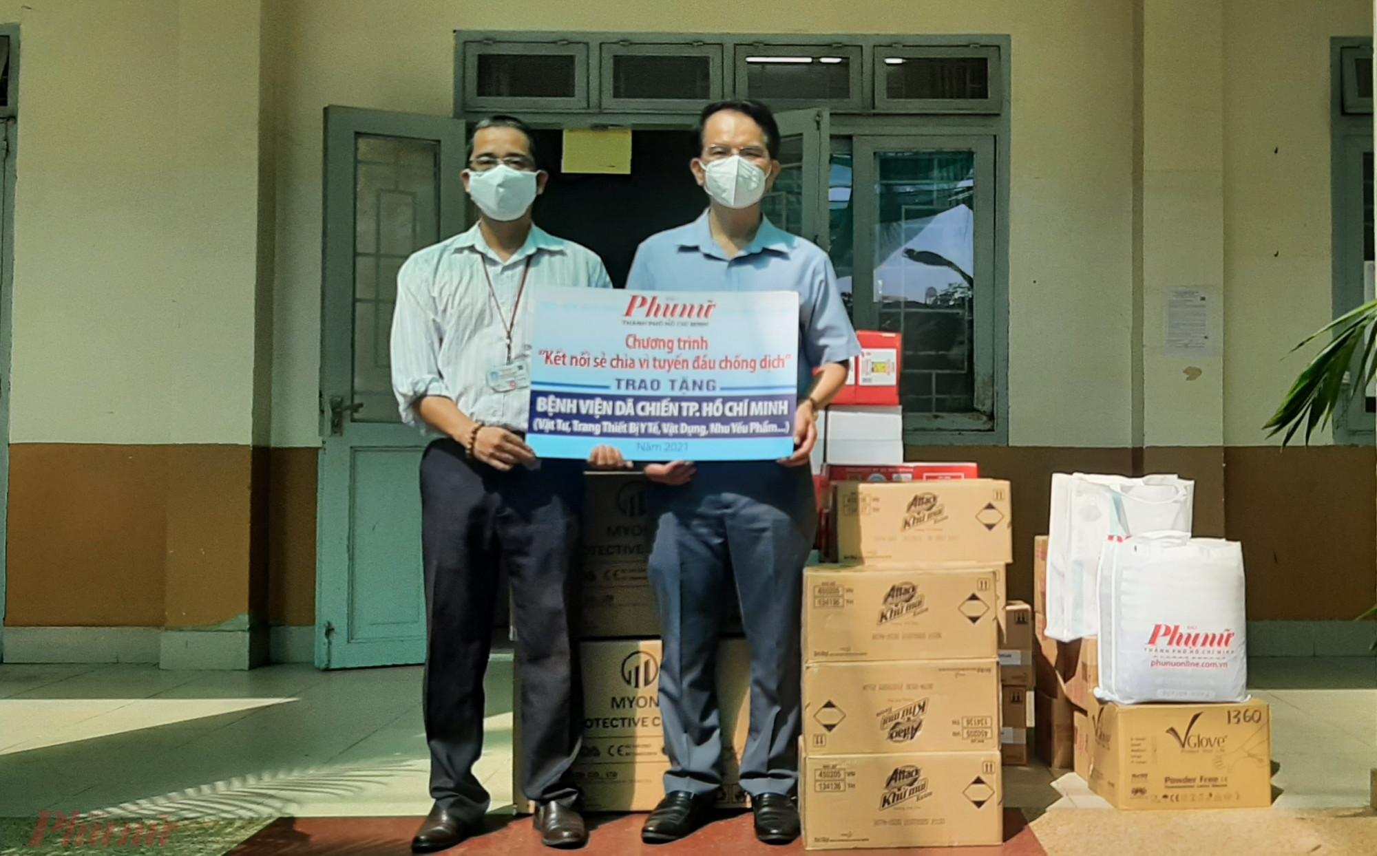 BS CKI Trần Thanh Sang, Phó Giám đốc Bệnh viện Lê Văn Việt (trái), tiếp nhận và cảm ơn những