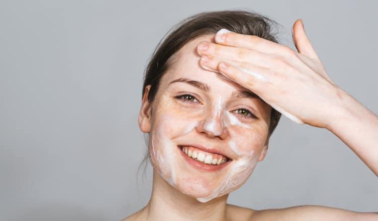 Làm sạch và dưỡng ẩm: Bước đầu tiên và đơn giản nhất để có một làn da khỏe mạnh là làm sạch và dưỡng ẩm thường xuyên, bạn nên sử dụng xà phòng dưỡng ẩm để đảm bảo làn da của bạn nhận được các chất dinh dưỡng thích hợp và vẫn mềm mại và được nuôi dưỡng