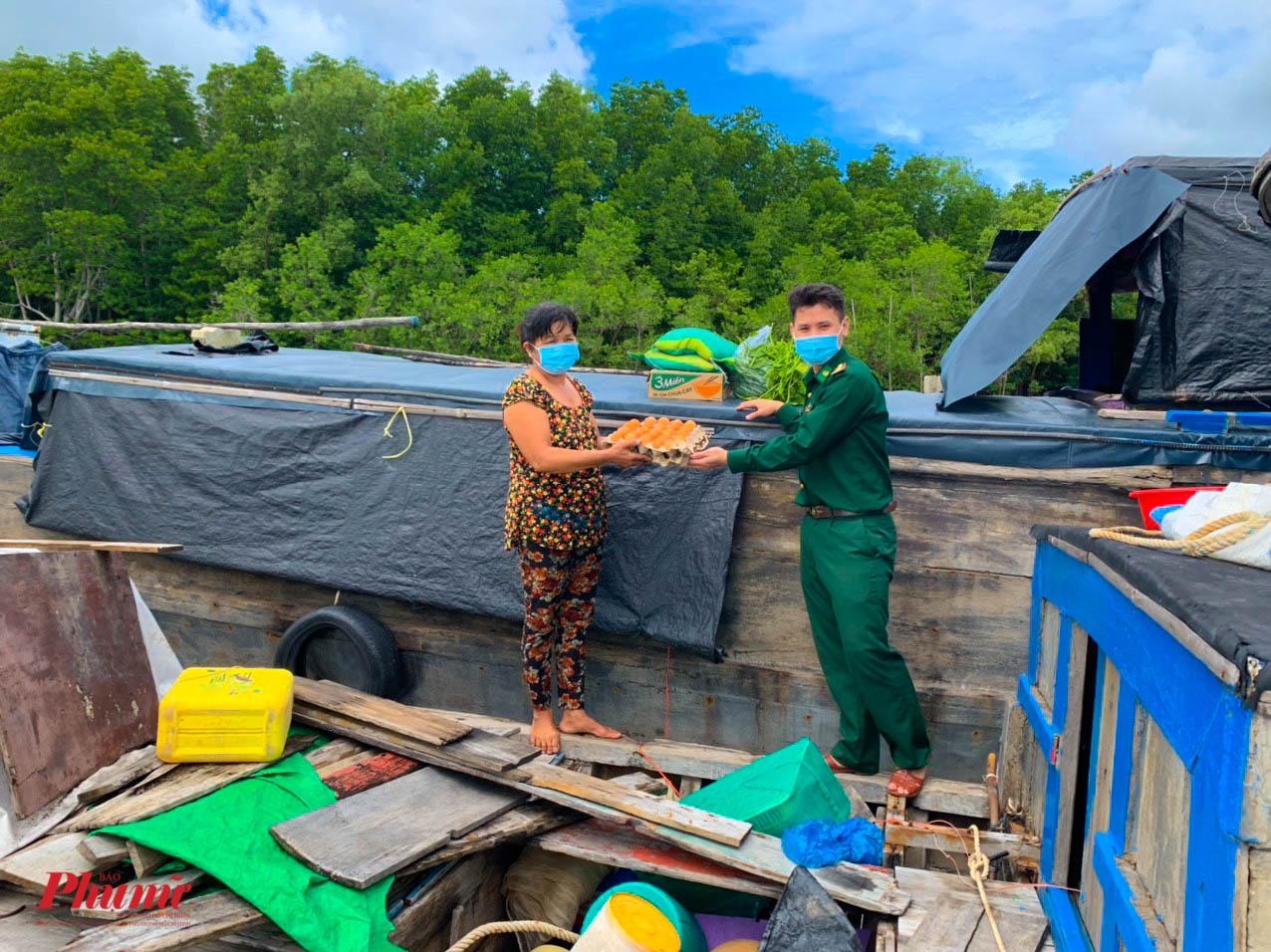 Các ngư dân vưi mừng khi được tiếp tế lương thực sau nhiều tháng không được ra khơi