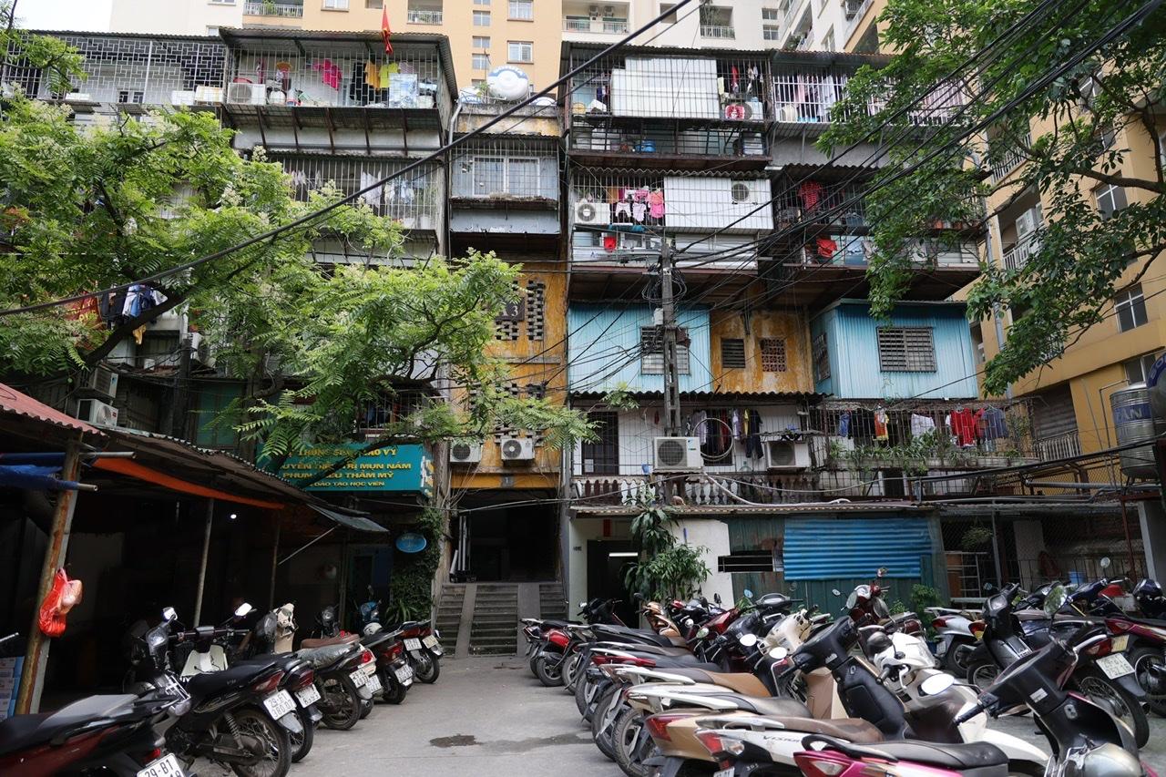 Trên địa bàn Hà Nội còn nhiều chung cư cũ đang trong tình trạng xuống cấp.