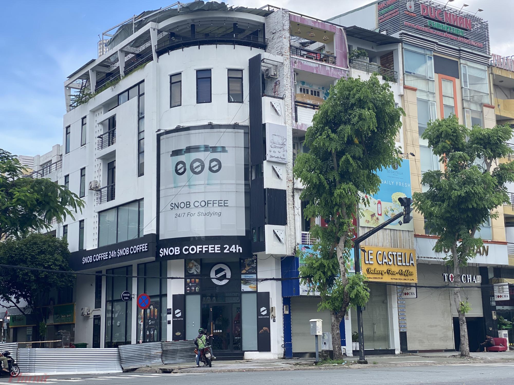 Theo ghi nhận của phóng viên báo Phụ Nữ TPHCM trong sáng nay (22/9) nhiều hàng quán tại các cung đường ăn uống như: Phan Xích Long, Phan Đình Phùng (Quận Phú Nhuận), đã mở của kinh doanh trở lại, đa