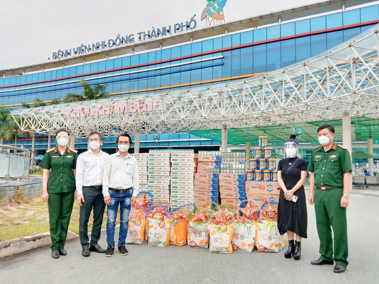 Hàng ngàn món quà dinh dưỡng được đại diện Nutifood trao tặng cho Bệnh viện Quân y 175 và Bệnh viện Nhi đồng Thành phố - Ảnh: Nutifood