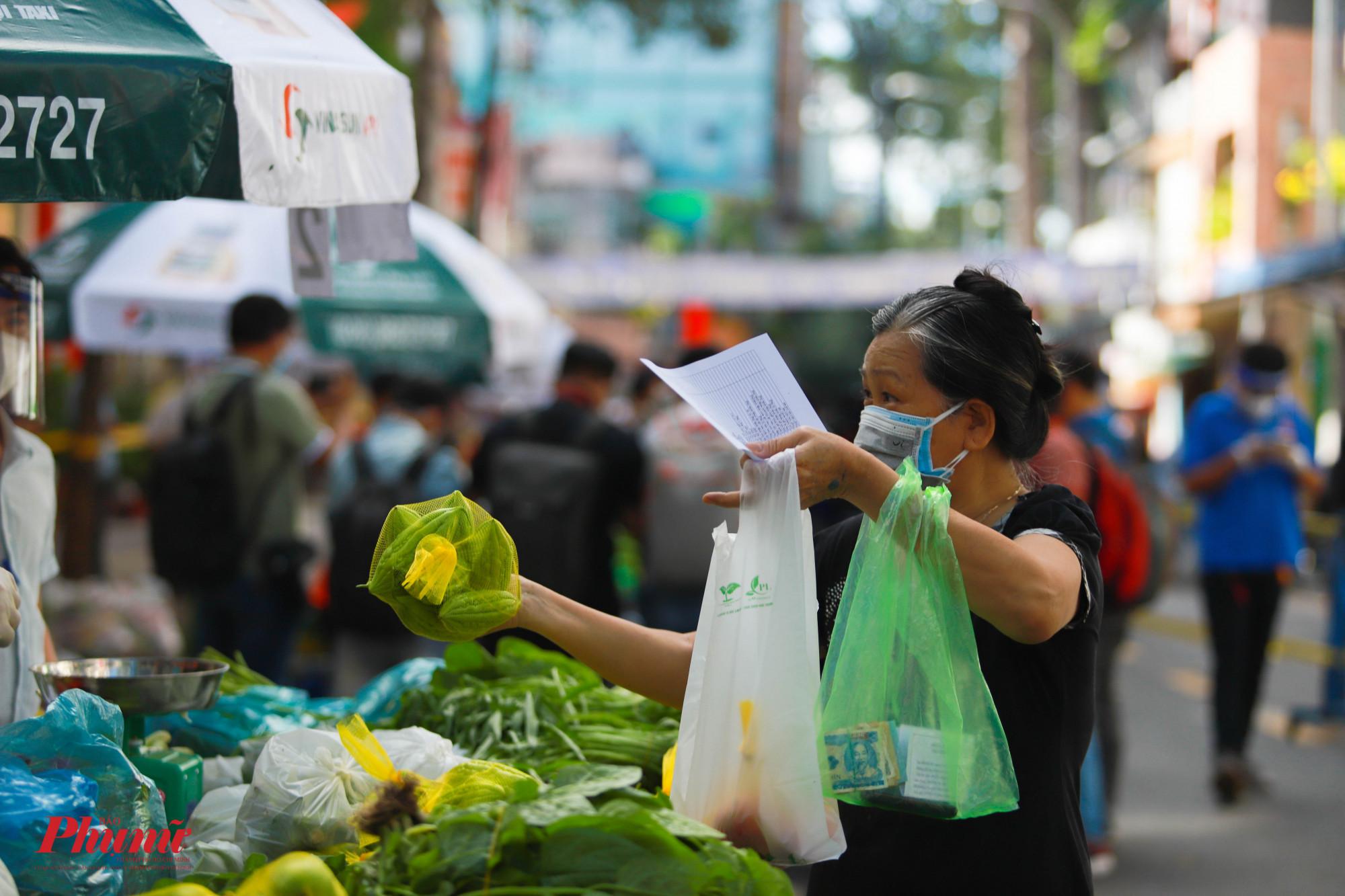 Việc tận tay chọn những loại rau củ ưa thích cho gia đình khiến nhiều người dân cảm thấy an tâm hơn