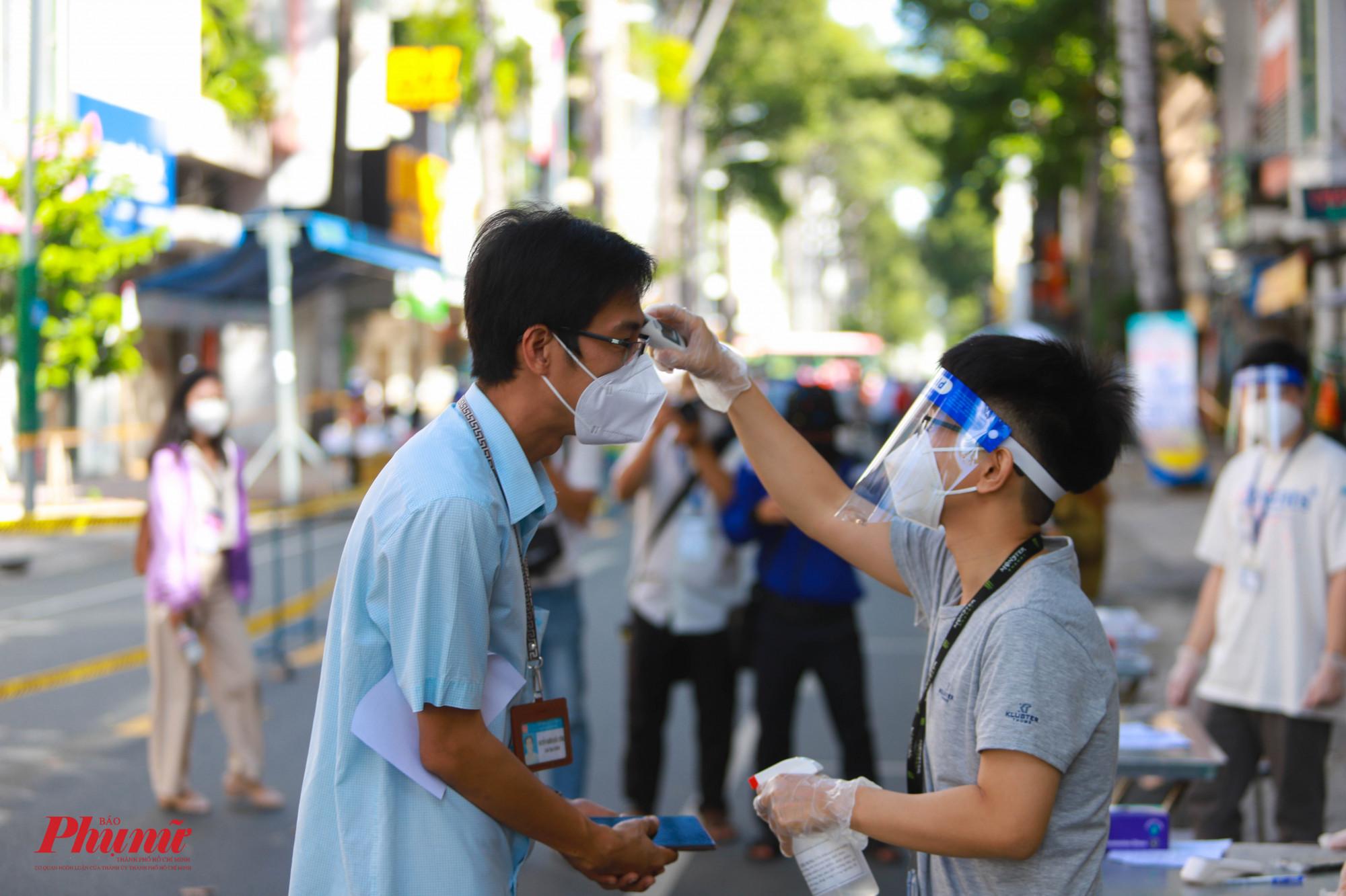 Tất cả người dân khi muốn vào trong chợ phải được kiểm tra thân nhiệt và khai báo y tế