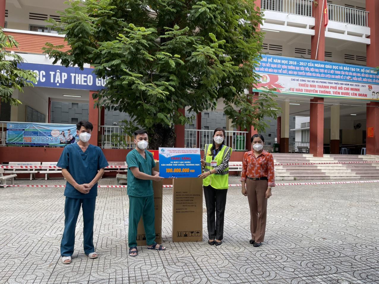 Lực lượng y tế tại điểm thu dung trường THCS Hoàng Văn Thụ tiếp nhận 4 máy lọc nước từ Hội LHPN Q.10