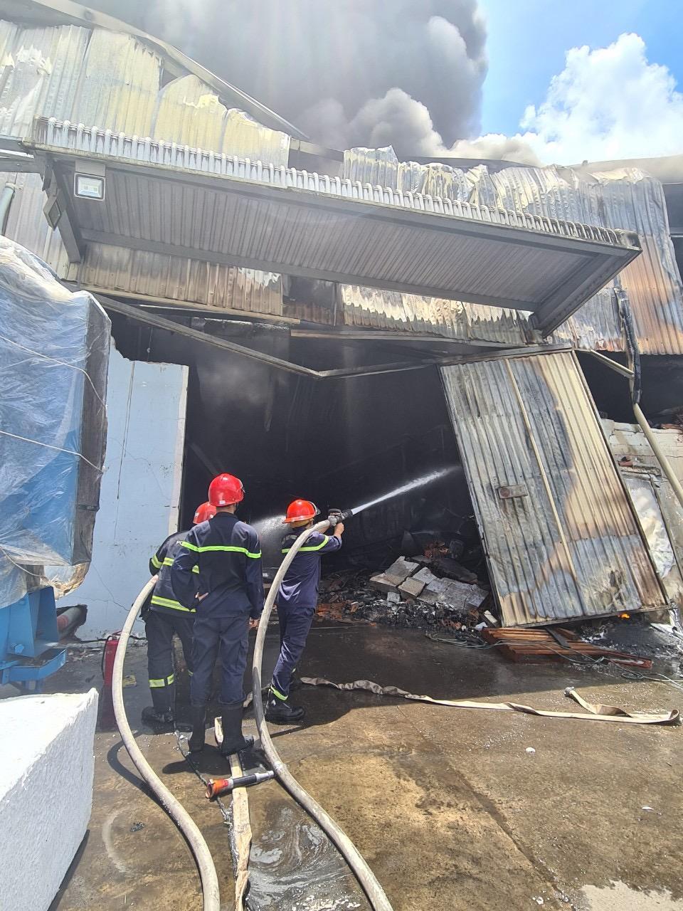 23 xe chữa cháy cùng 117 CBCS có mặt để dập lửa