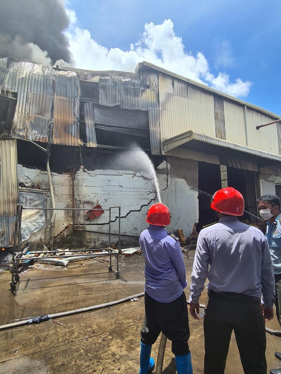 Đến 14g30, ngọn lửa được dập tắt và bảo vệ công ty vẫn đang phun nước làm mát