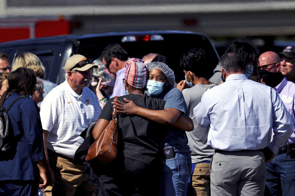 Mọi người ôm nhau sau vụ nổ súng tại một cửa hàng tạp hóa của Kroger ở Collierville, Tenn.,