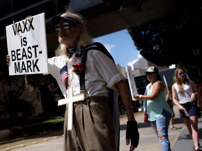 Biểu tình chống vắc xin bên ngoài Bệnh viện Giám lý Houston ở Texas (Mỹ), ngày 26/6/2021 - Ảnh: AFP/Getty Images