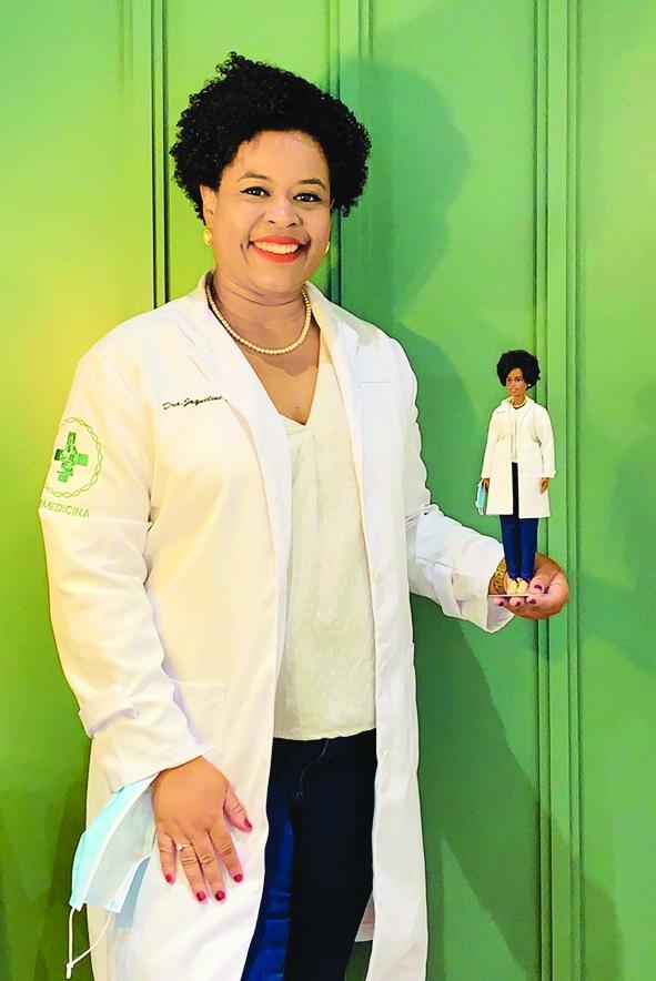 """Tiến sĩ Jaqueline Goes de Jesus và phiên bản Barbie """"thu nhỏ"""" của cô - ẢNH: AP"""
