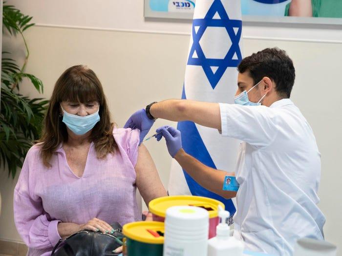 Tiêm vắc xin COVID-19 ở thành phố Ramat HaSharon của Israel. Ảnh chụp ngày 30/7/2021 - Ảnh: AP