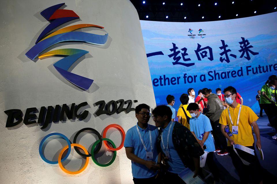 """Biểu tượng của Olympic Mùa đông Bắc Kinh 2022 và khẩu hiệu hành động """"Cùng nhau vì một tương lai chung tại một nghi lễ ngày 17/9 ở Bắc Kinh, Trung Quốc - Ảnh: Reuters"""