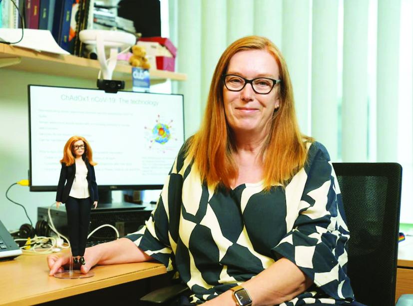 Giáo sư Sarah Gilbert bên cạnh búp bê Barbie được làm theo hình ảnh của bà - ẢNH: AP