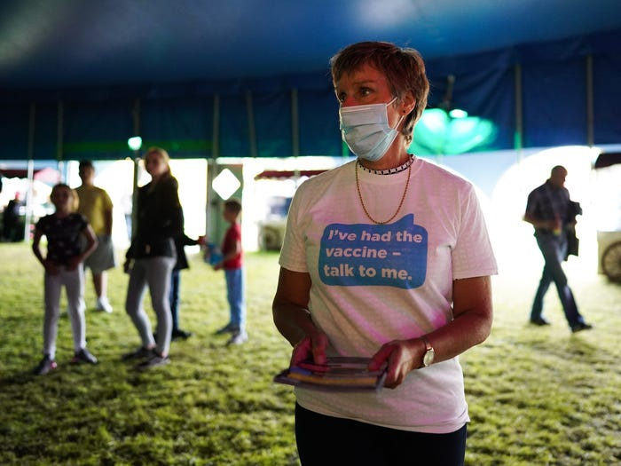 Tình nguyện viên cung cấp thông tin tiêm chủng tại một trung tâm dã chiến ở Halifax (Anh) ngày 31/7 - Ảnh: Getty Images