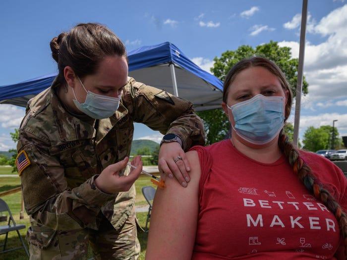 Y sĩ Vệ  binh quốc gia tiêm vắc xin cho nhân viên Nhà máy bơ sữa Vermont tại điểm tiêm chủng dã chiến ở Websterville - Ảnh: AFP/Getty Images