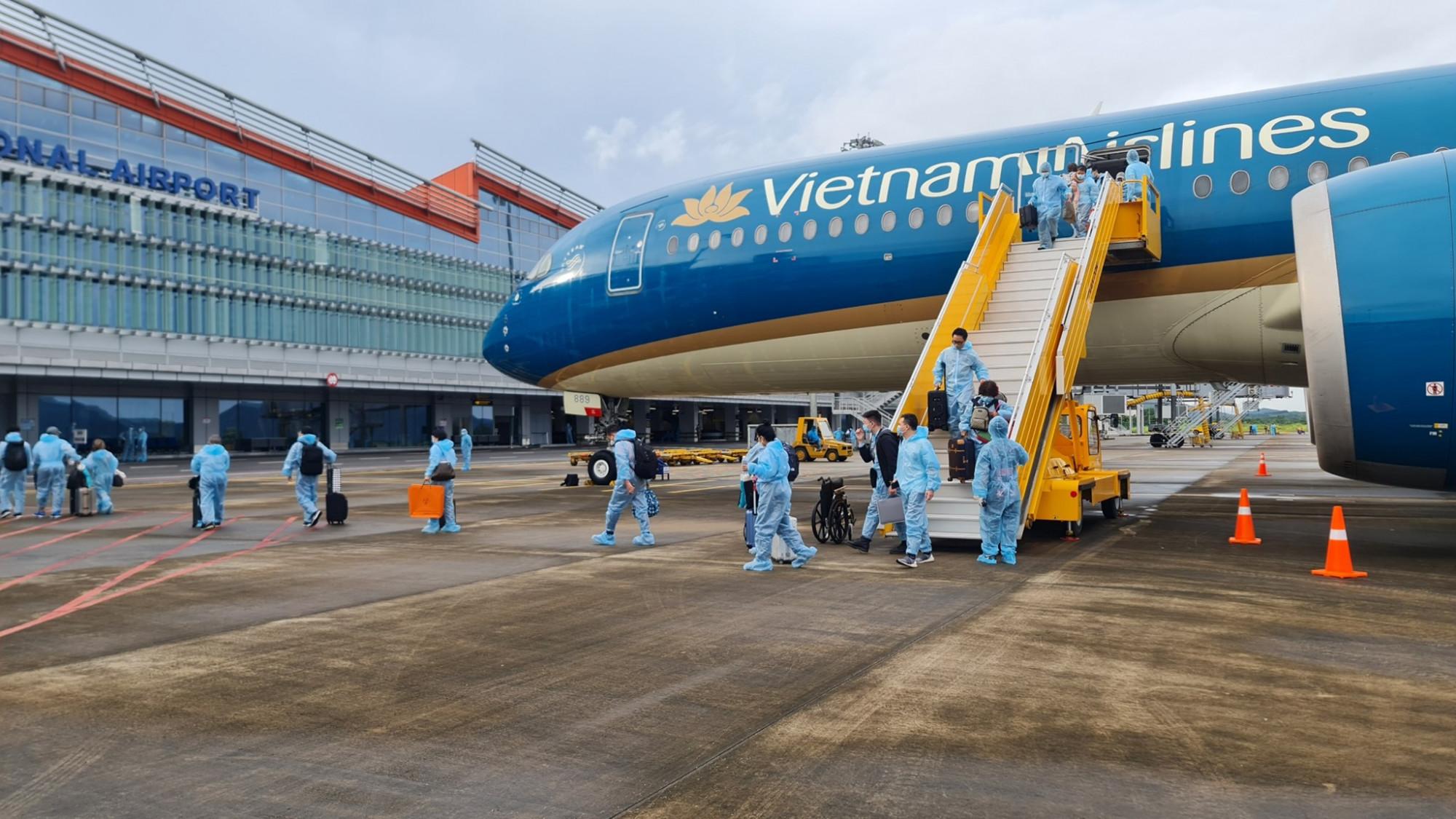 301 công dân trên chuyến bay mang số hiệu VN18 từ Pháp đã trở về quê hương.