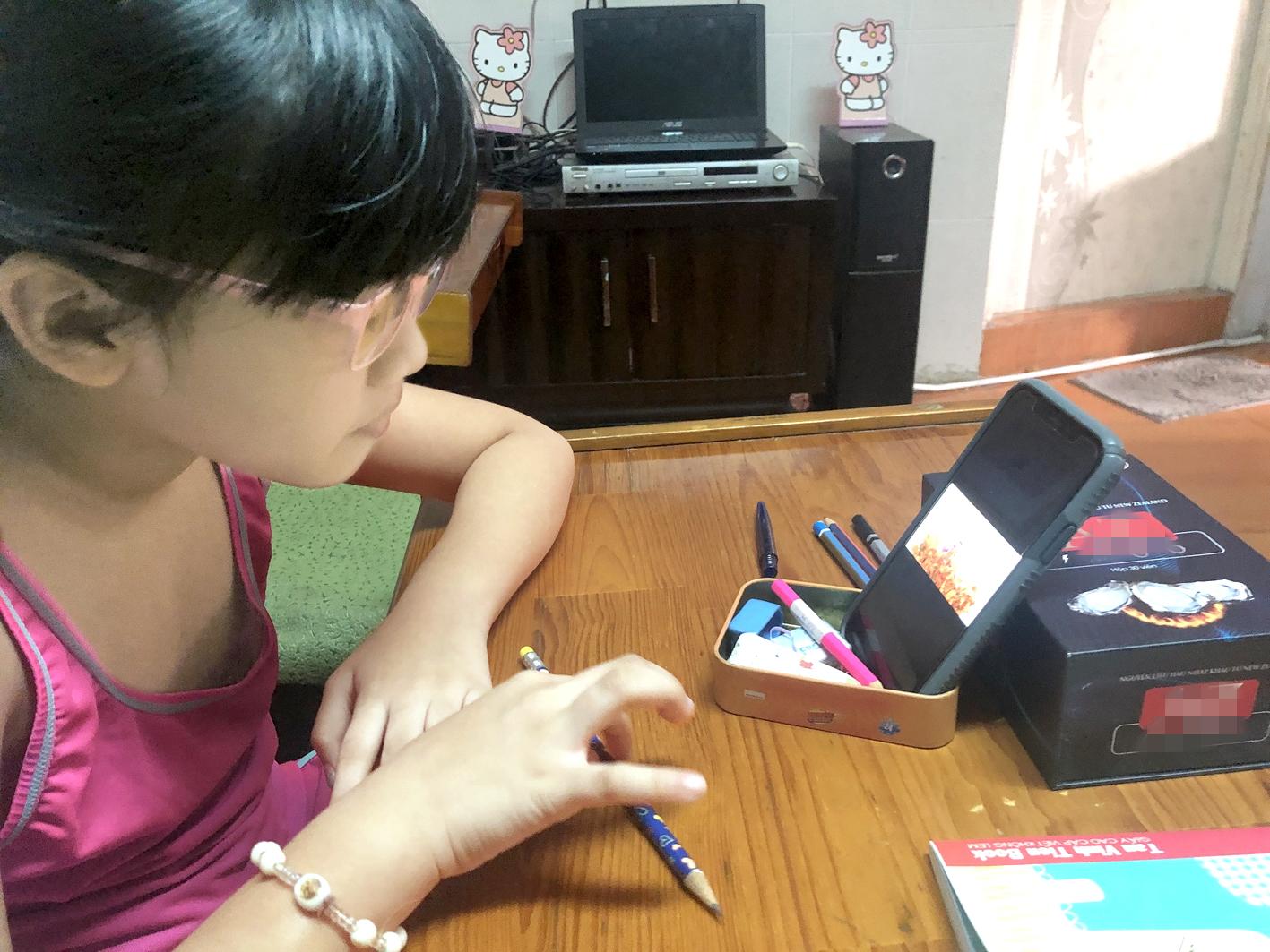 Trẻ tiểu học tại TP.HCM đang học online tiếng Anh tại nhà - ẢNH: NAM ANH