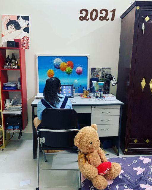 Con di cư qua phòng mẹ học online vì wifi phòng con bị hỏng. Ảnh: Cao Bảo Vy.