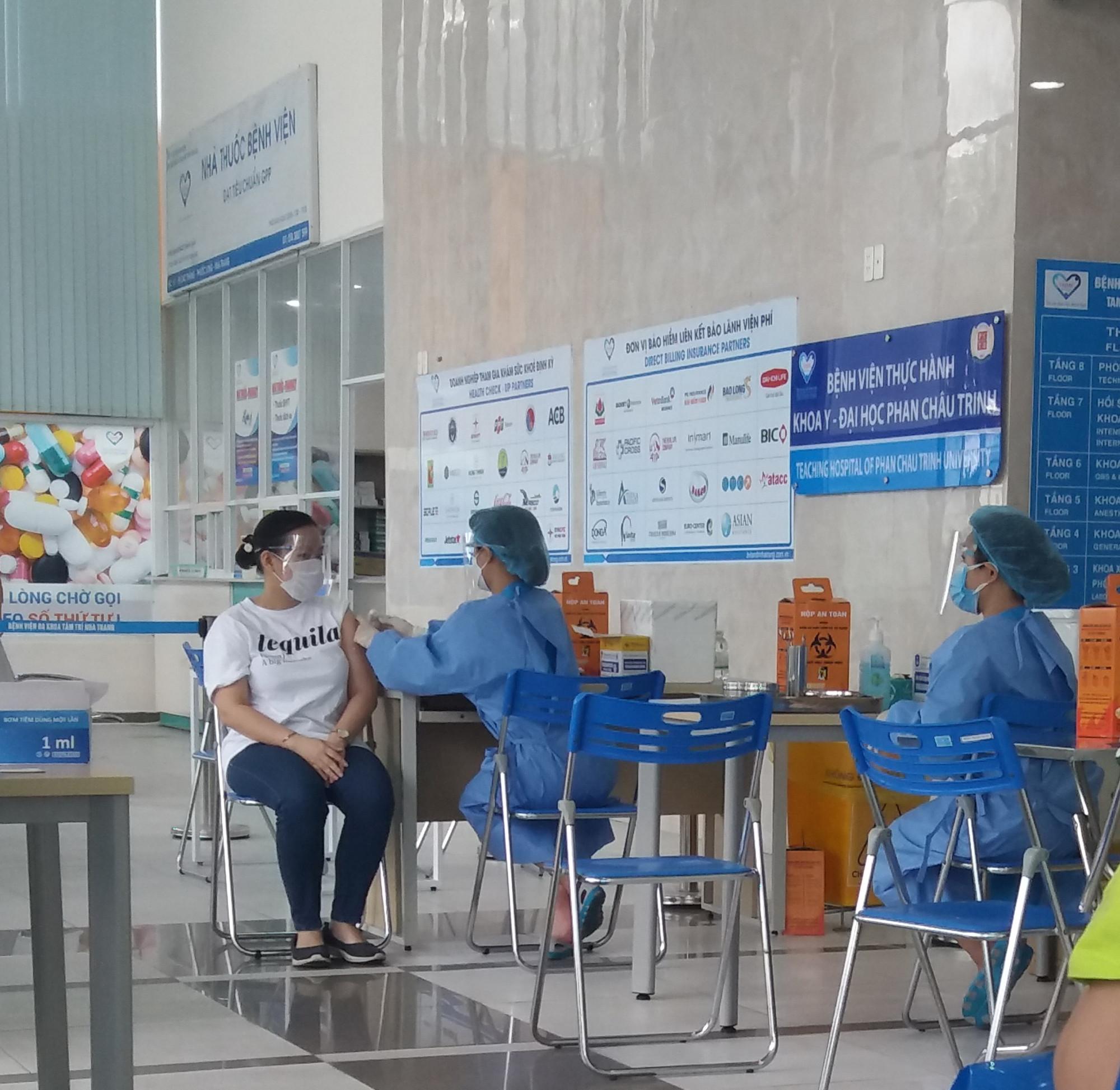 Người dân TP. Nha Trang tiêm vắc xin phòng COVID-19