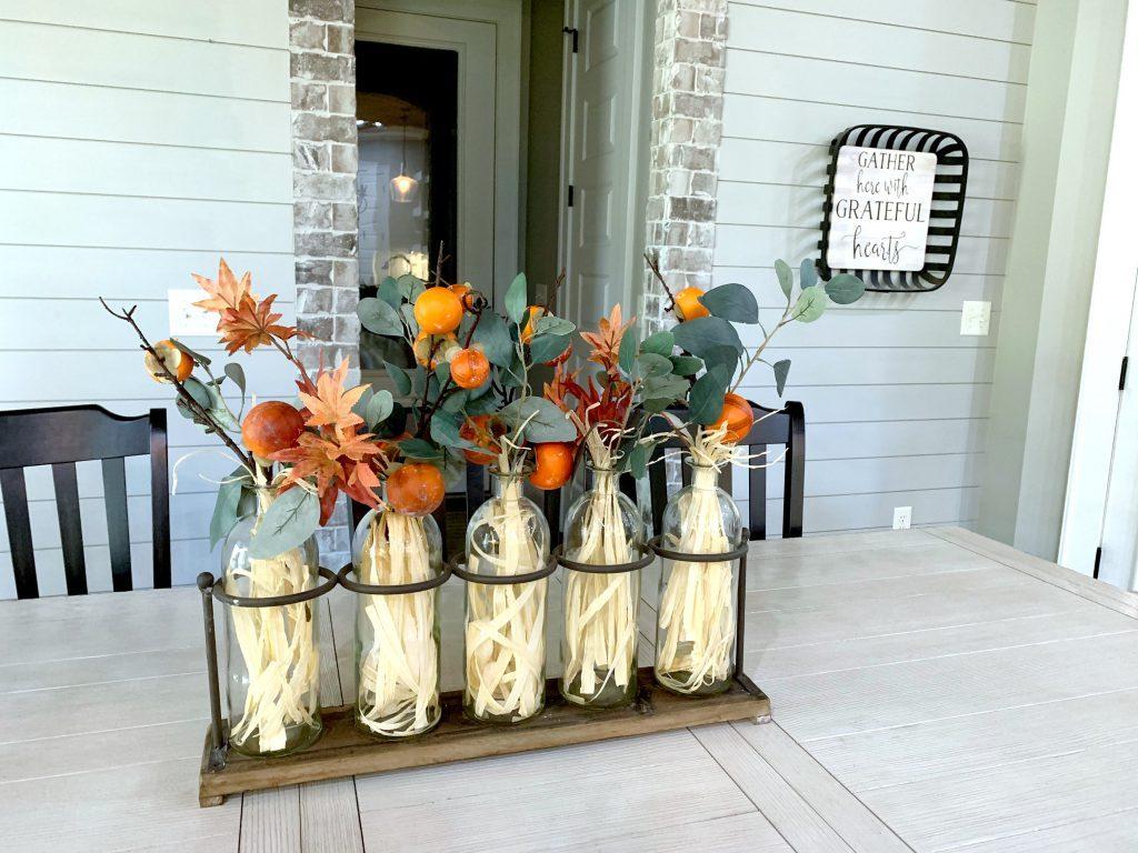 Tuy nhiên, sự kết hợp màu sắc cũng có thể đóng một vai trò quan trọng trong trang trí theo mùa. Một vài sự hoán đổi đơn giản kết hợp với một vài màu sắc hay loại trái cây thu hoạch vào mùa thu có thể khiến ngôi nhà của bạn thêm ấm cúng.