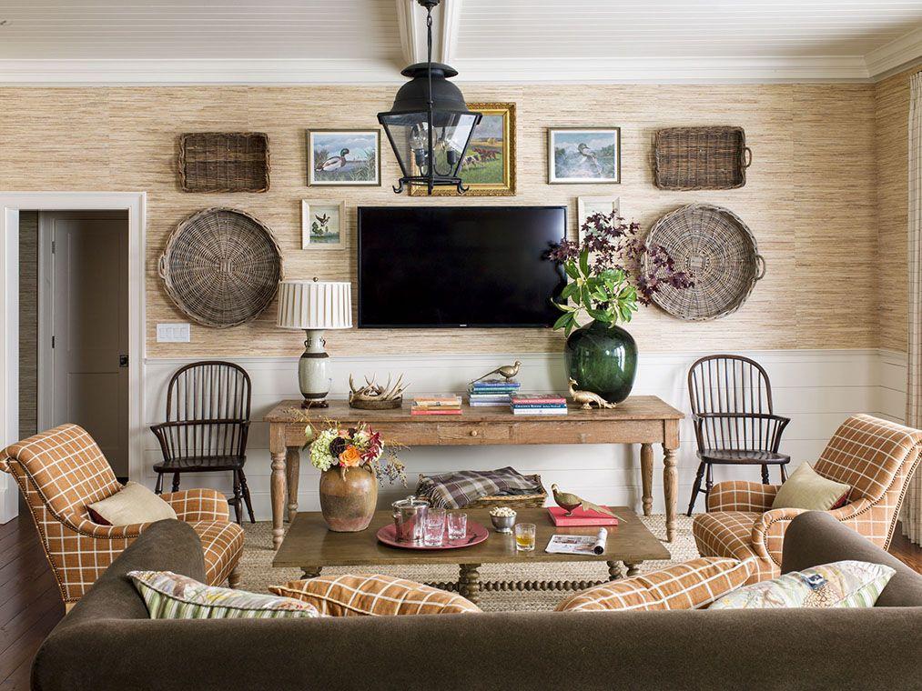 Để có một cái nhìn tự nhiên hoặc mộc mạc hơn, hãy kết hợp các vật dụng như cỏ pampas hoặc sử dụng bảng phục vụ bằng gỗ ô liu làm cơ sở của trung tâm của bàn. Nếu bạn không muốn đi theo con đường mộc mạc, hãy chọn một vài quả bí ngô màu nâu để trưng bày trên bàn phụ, hoặc thêm một chiếc gối da màu nâu vào ghế sofa để có phong cách trang trí mùa thu hơn.