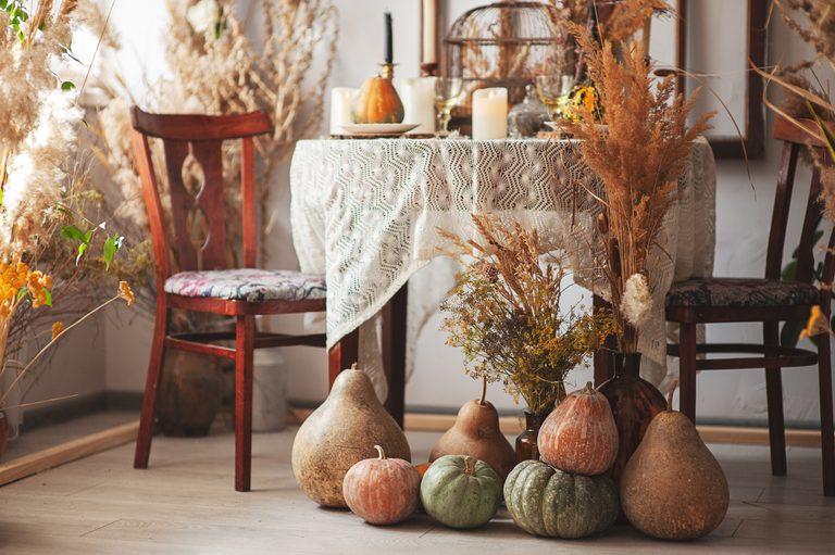 Nếu bạn không muốn đi theo con đường mộc mạc, hãy chọn một vài quả bí ngô màu nâu để trưng bày trên bàn phụ, hoặc thêm một chiếc gối da màu nâu vào ghế sofa để có phong cách trang trí mùa thu hơn.