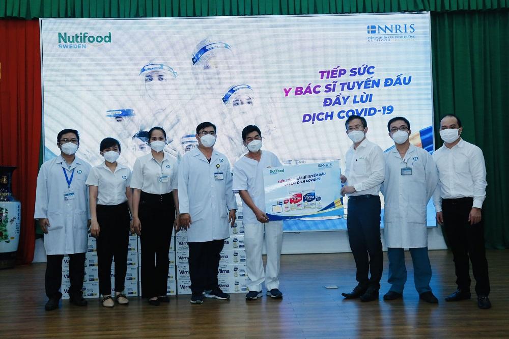 Hàng ngàn chai sữa Värna được trao tặng nhằm giúp các y, bác sĩ và bệnh nhân tăng cường sức khỏe tại Đồng Nai - Ảnh: Nutifood