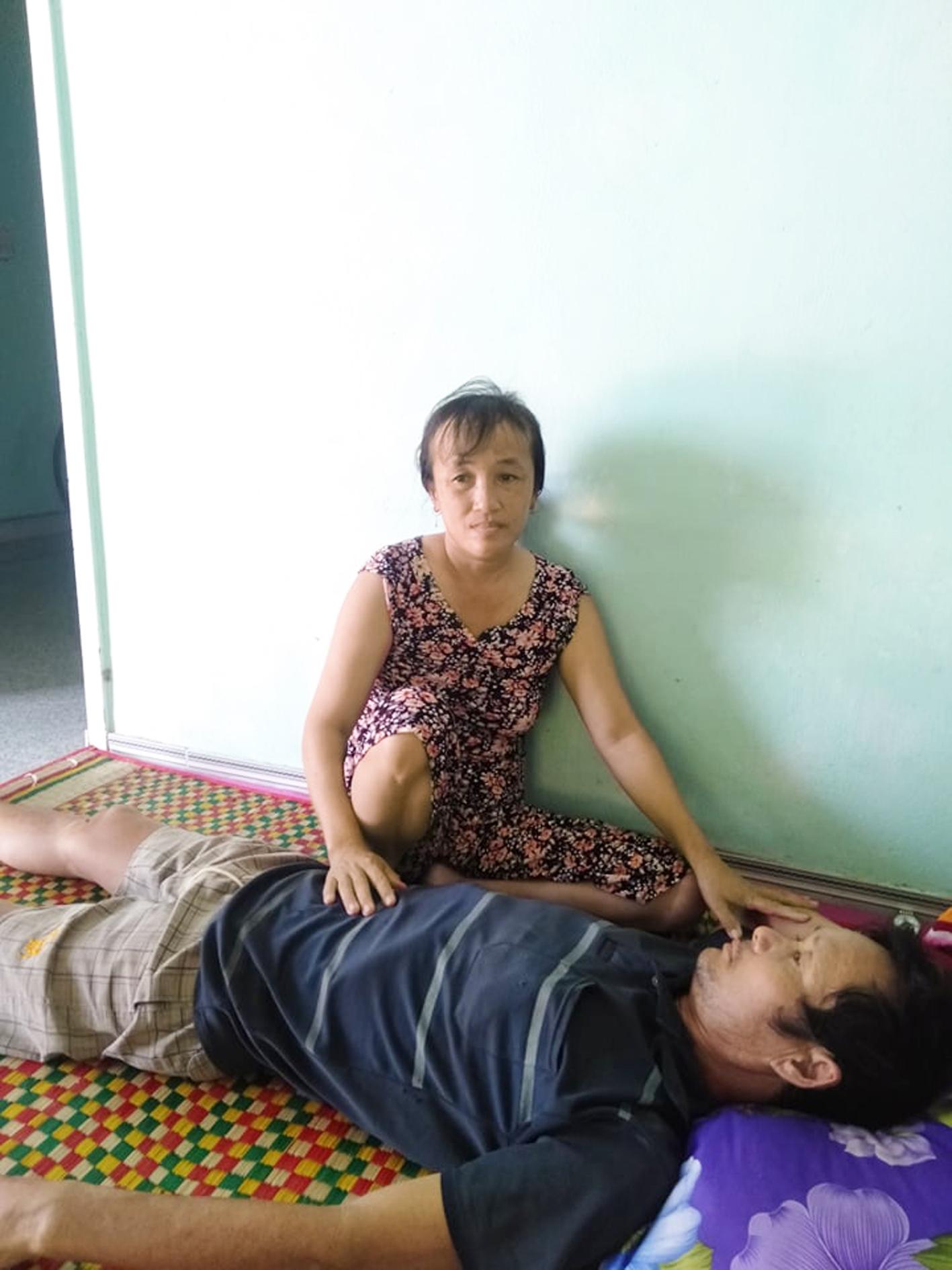 Ngoài việc đồng áng,  chị Dư còn dành thời gian chăm sóc chồng