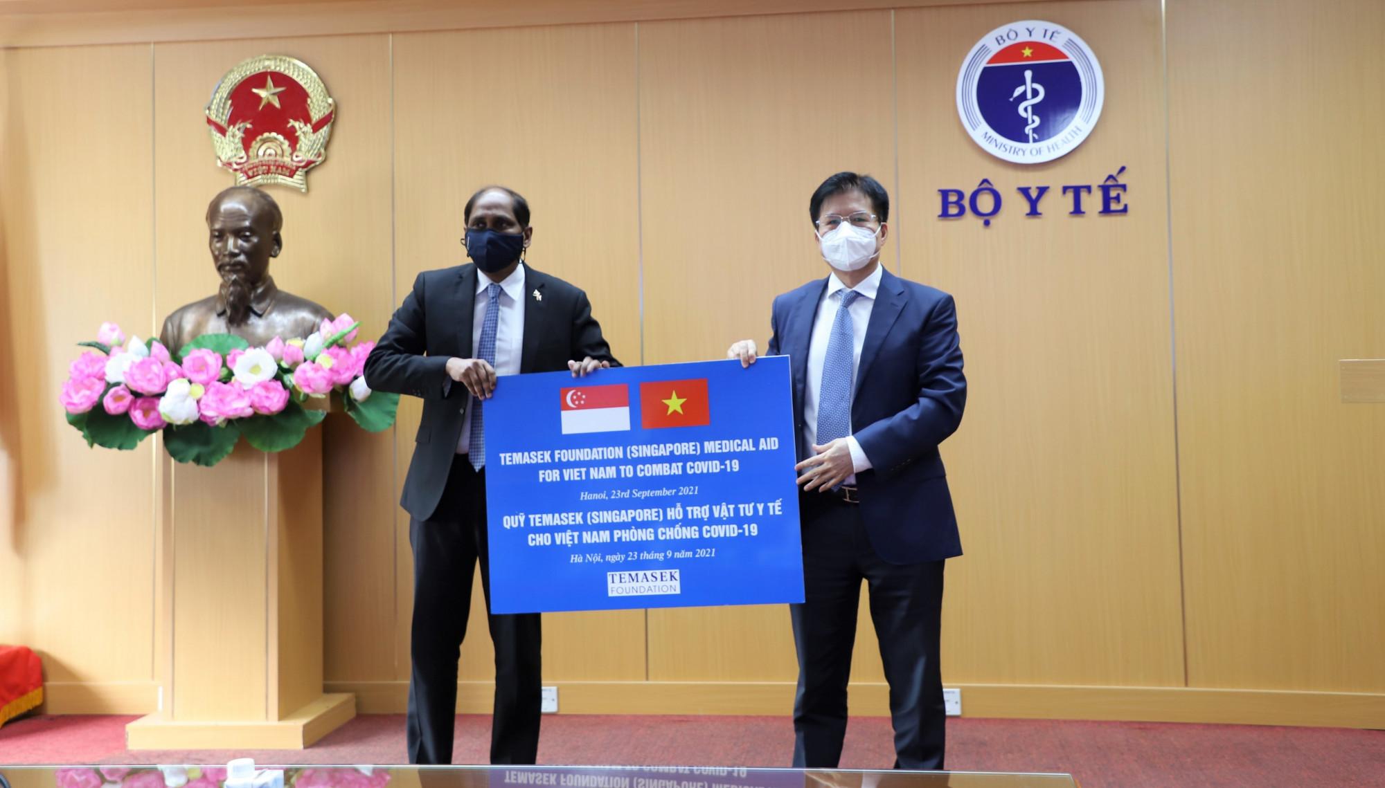 Việt Nam tiếp nhận hỗ trợ trang thiết bị y tế từ Quỹ Temasek của Singapore với tổng giá trị lên tới hơn 92 tỷ đồng