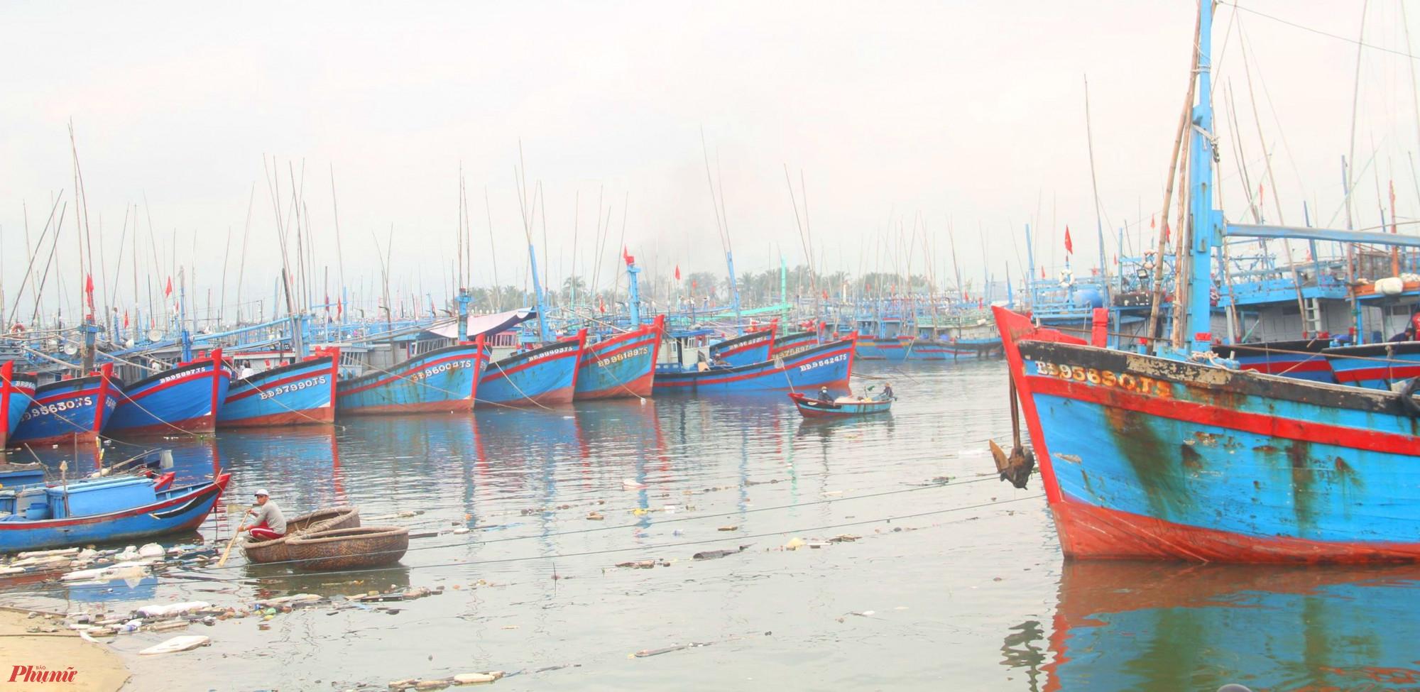 Hiện tại tỉnh Bình Đình đang thông tin cho  cho 468 tàu cá vào bờ tránh bão số 6