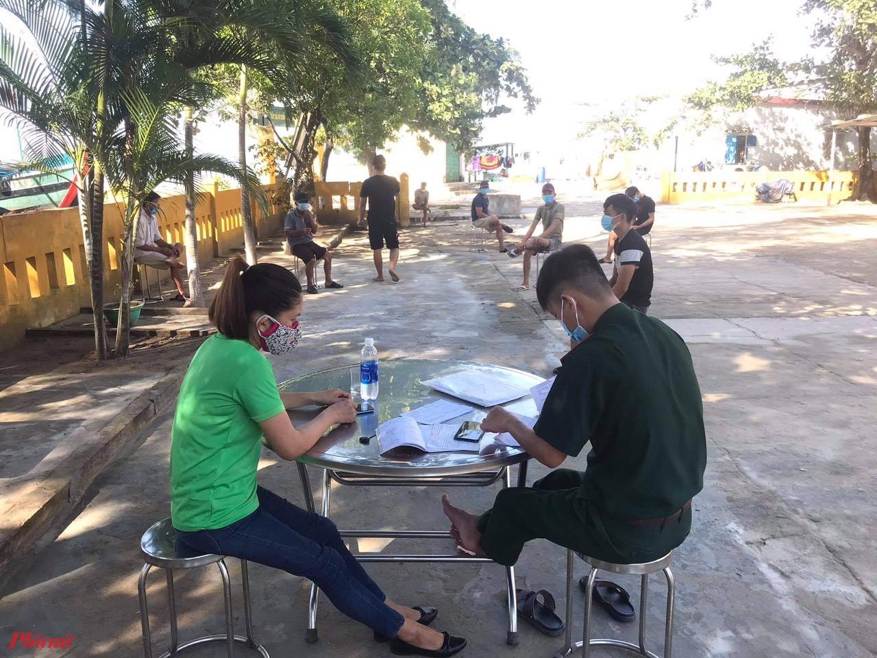 Bộ đội biên phòng cảng Thuận An lấy mẫu test nhanh cho ngư dân ngoại tỉnh đang neo đậu tại cảng cá Thuận An tỉnh Thừa Thiên - Huế