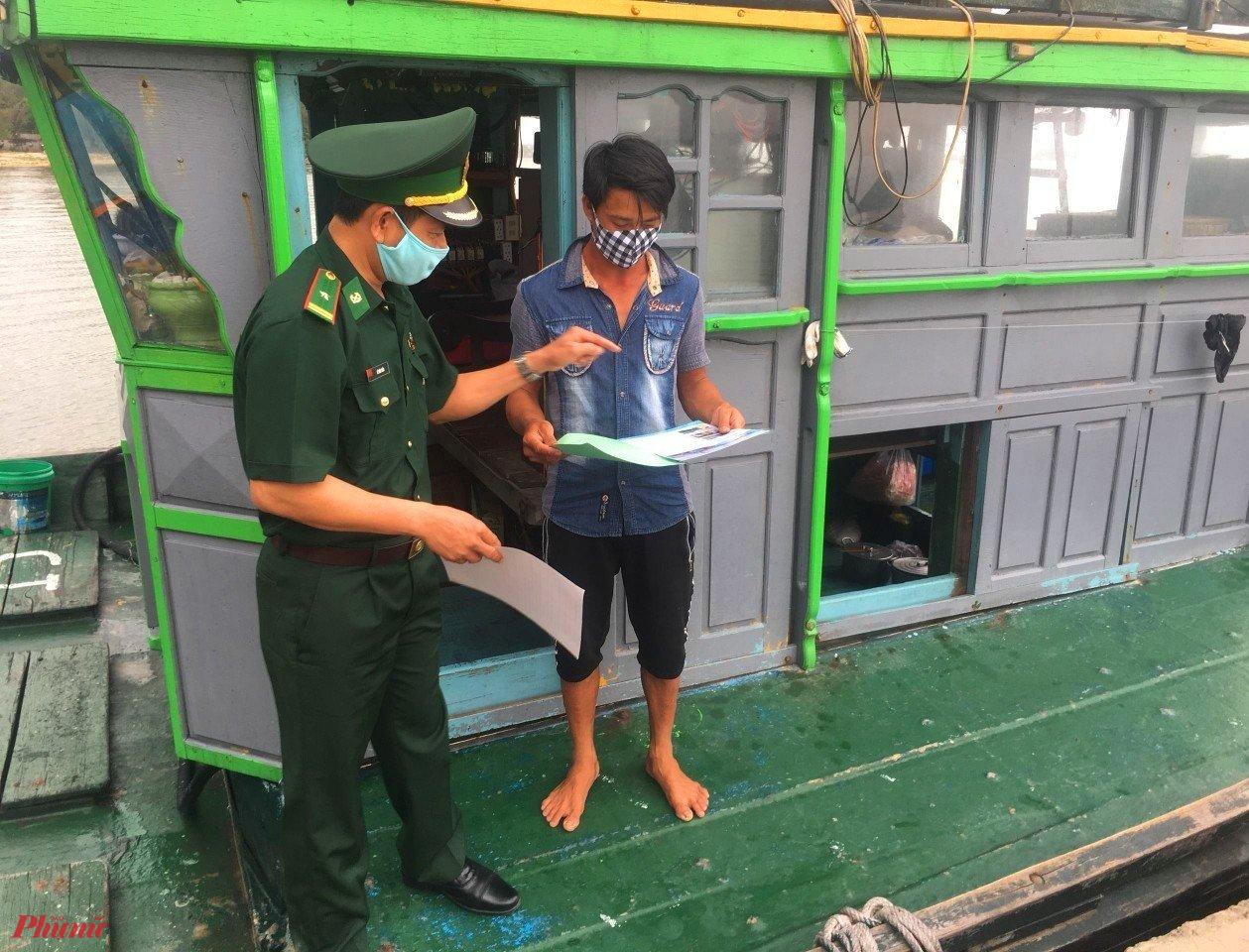 Bộ đội Biên phòng yêu cầu ngư dân ngoại tỉnh vào tránh trú bão phải kê khai Y tế và chấp hành 5K trong phòng chống COVID-19