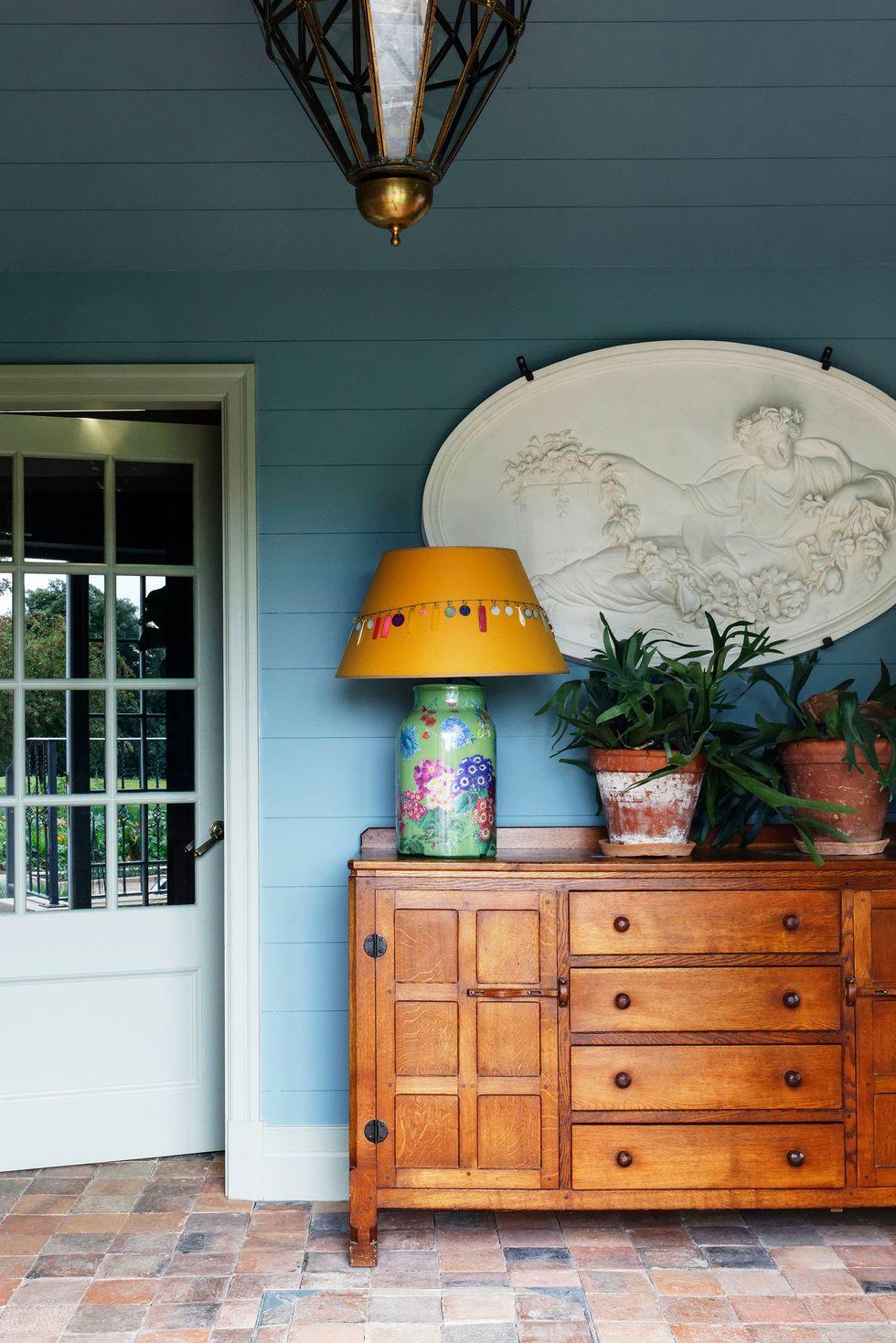 Hoặc chỉ cất chúng trong tủ đựng quần áo Tủ đồ cổ trên hiên nhà là nơi lý tưởng để các tài xế giao hàng cất gói đồ đạc. Nicola Harding đã đối xử với cái này như thể nó ở trong một tiền sảnh lớn, tô điểm nó bằng cây cối, tác phẩm nghệ thuật và ánh sáng.