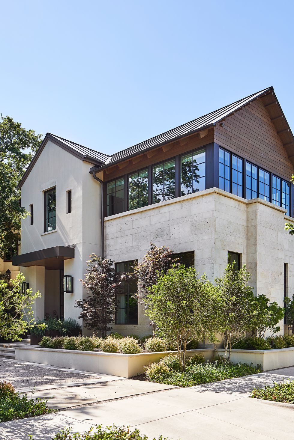 Giữ nó đơn giản Ngôi nhà ở Texas do Jean Liu thiết kế này tạo nên sự cân bằng giữa vẻ đẹp tự nhiên và tính thiết thực, hoàn hảo cho môi trường đô thị. Chìa khóa: Những tấm lát nền bổ sung cho vật liệu bên ngoài của ngôi nhà bằng một vài cây xanh và luống trồng. Sau đó, có một phần nhô ra mỏng để thêm ánh sáng tạo ấn tượng trang trí hơn cho hiên trước.