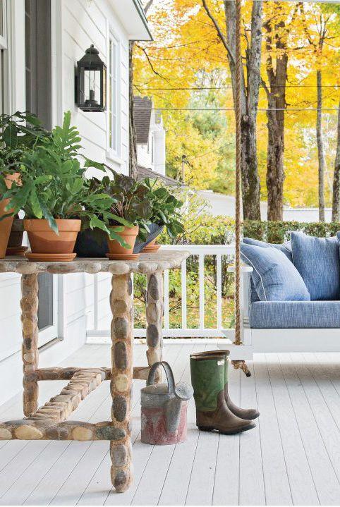Thiết lập một khu vườn thảo mộc Nâng tầm phong cách và trò chơi nấu ăn của bạn bằng cách sắp xếp một vườn ươm nhỏ hoặc vườn thảo mộc trên hiên nhà. Tại đây, Abney Morton Interiors đã đặt một số chậu thảo mộc lên bàn điều khiển bằng xích đu treo.