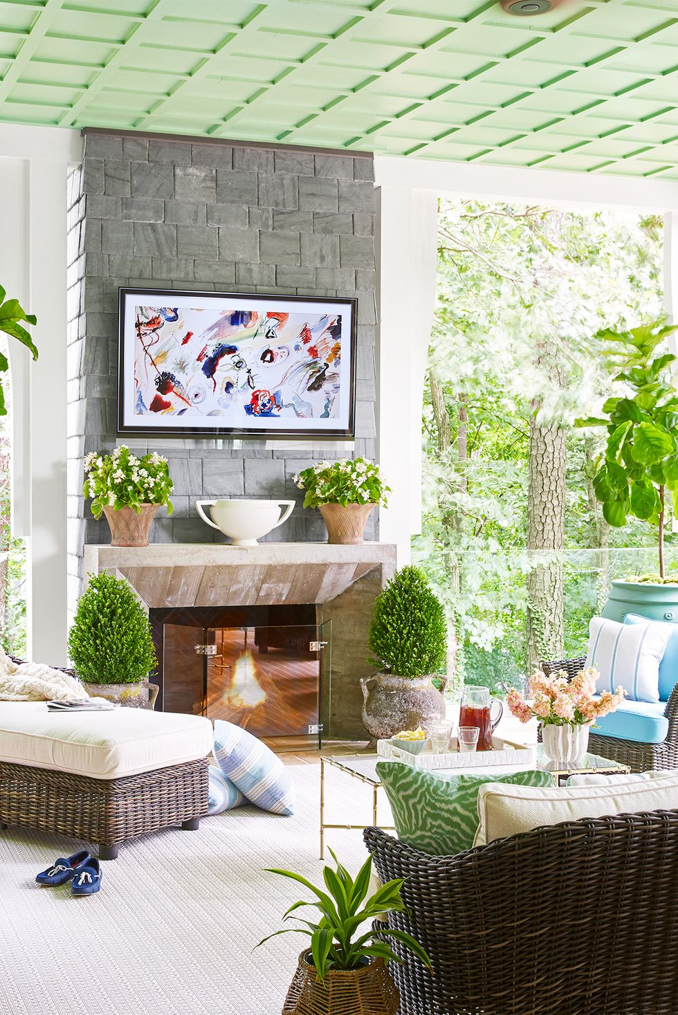 Thêm một lò sưởi Nếu hiên nhà của bạn đủ rộng, hãy thêm một lò sưởi và tivi để nó có thể hoạt động như một phòng khách hoặc gia đình ngoài trời. Hãy gợi ý từ mái hiên ngoài trời đầy lá này được thiết kế bởi Sherry Hart và Jennifer Jones Condon và được xây dựng bởi Ladisic Fine Homes.