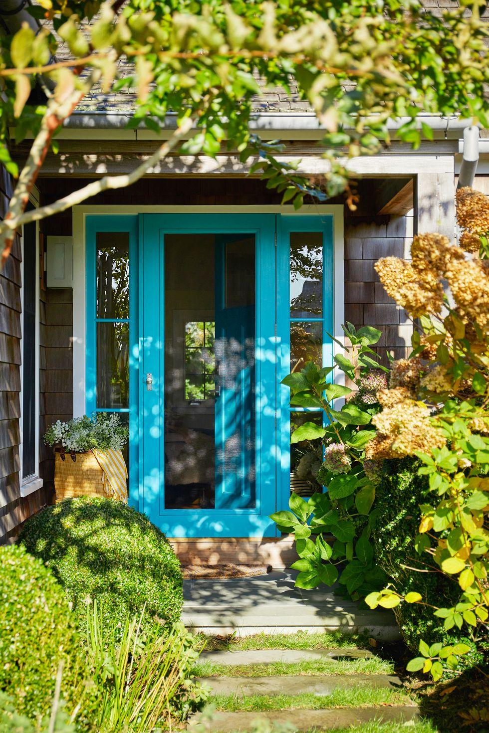 Đóng khung cửa sổ và màn hình bằng Paint Bella Mancini đã làm sinh động cánh cửa màn này và khung gỗ của nó với Santa Clara của Benjamin Moore . Màu sắc mang lại cảm giác như đang ở nhà với cây tuyết tùng và hoa cẩm tú cầu, nhưng có một điểm nhấn là sự vui tươi riêng biệt.