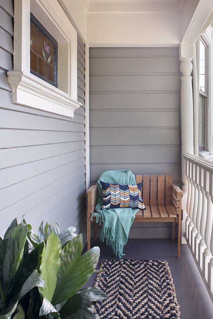 Chỉ vì bạn có một mái hiên nhỏ không có nghĩa là bạn vẫn không thể tận hưởng nó. Tất cả những gì bạn cần làm là một chiếc ghế dài nhỏ với một chiếc gối và chăn, như đã thấy trong ngóc ngách do Regan Baker thiết kế này. Chọn một tấm thảm chào mừng có họa tiết hoặc màu sắc của chiếc gối ném của bạn.